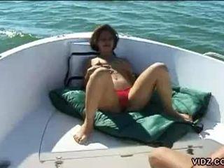 غير مطيع امرأة سمراء في سن المراهقة عاهرة strips إلى بعض أبحر بيخت كس لعب