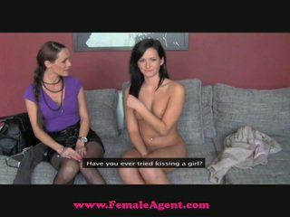 The fake agent snags a ozko novo punca