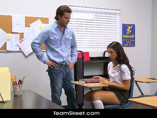 Innocenthigh alto studentessa teenager scarlet banks in classe bumped