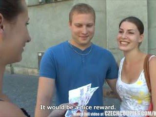 Cseh couples fiatal pár takes pénz mert nyilvános négyesben
