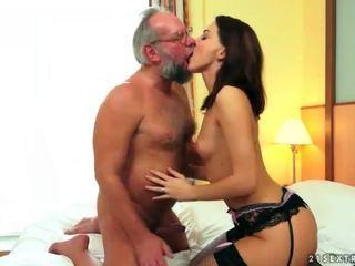 Gražu paauglys mėgaukitės seksas su senelis