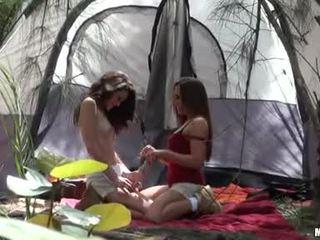 Renna ryann giving a kiss з її camping гаряча buddy