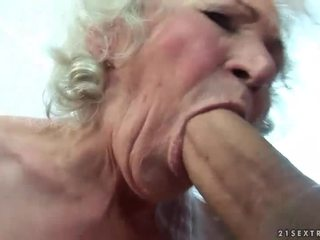 Busty babičky gets ji chlupatý kočička fucked