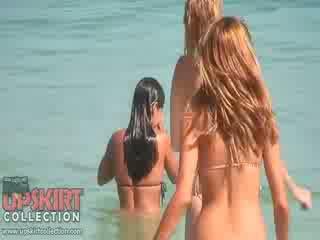 На cutie dolls в секси bikinis are играя с на waves и getting spied на