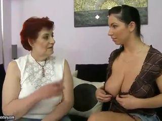 Vet grootmoeder en rondborstig tiener appreciating lesbo porno