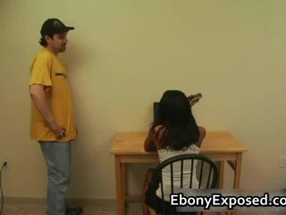 ईबोनी आमेचर undresses उसकी spankable