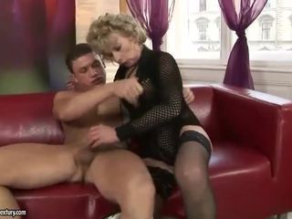 Mature blonde enjoys dur sexe
