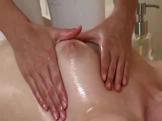 Masseuse moisturises 一 女孩 的陰戶 flaps 中 一 按摩
