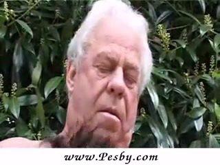 Vecchio gray senior è partner multipli un caldi giovane pollastrella