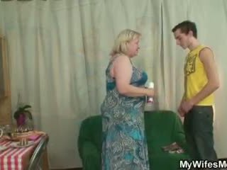 Sieva finds viņai vīrietis jāšanās liels vecmāmiņa
