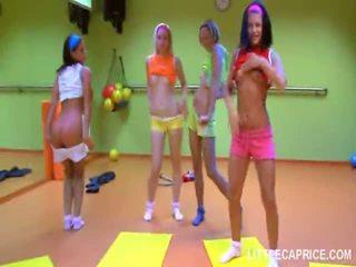Čtyři smut dospívající holky dělat aerobics spolu a čurák sát shaft