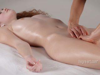 Путка receives а масаж от а мъж с а вибратор