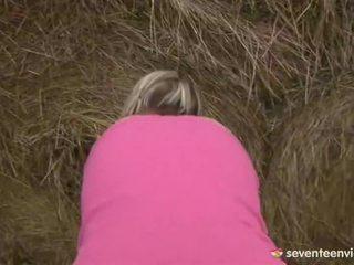 Adolescenta puicuta masturband-se inauntru the haystack