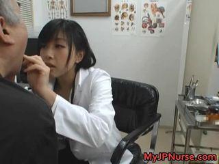 Japanilainen lääkäri on kimainen varten kurkkua