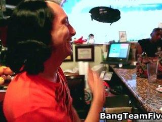 Bar hopping, bartender air mani bertukaran