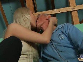 Plachý starý guy seduced podle blondýnka dospívající