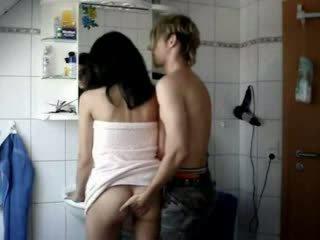 חובבן נוער מזוין קשה ב a חדר אמבטיה וידאו