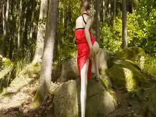 유리 진동기 에 그녀의 girly 여성 성기 에 숲