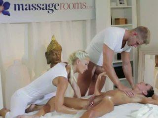 Hot brunette i trekant med masseurs par