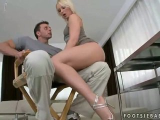Hot pirang giving sikil proyek and getting fucked