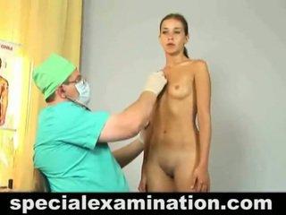 Unclothed 19 år gammal honung has checked upp av en doktorn.