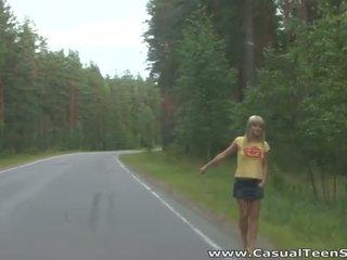 Як did це білявка підліток hitchhiker кінець вгору всі alone на a