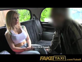 Faketaxi unge blond med stor pupper i taxi creampie