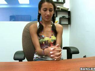 Pigtailed في سن المراهقة opens لها فم و كس واسع إلى تناسب هذا كبير كوك فيديو