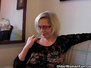 Pervertida abuelita pushes su fist hasta su viejo perra
