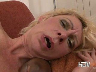 Blondīne pieauguša nailed uz the pakaļa līdz liels melnas dzimumloceklis