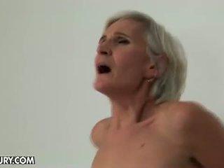 Starý a mladý lezbické láska: babka loves a dobrý zadok plugging