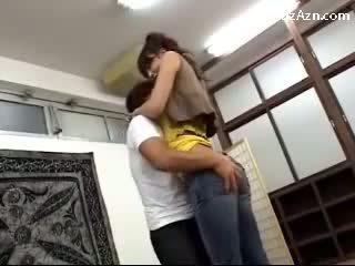 Кратко guy целувки с висок момиче licking подмишница rubbing тя дупе в на middle на на стая