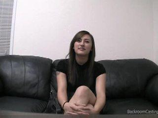 Прибирання леді talked в анал на кастинг диван