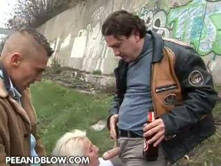 Pee และ ระเบิด: นี้ แก่แล้ว โสเภณี loves ไปยัง ได้รับ pissed บน the หน้า!