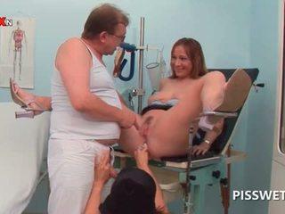 Kåt babe getting kuse licked pisses i doctors munn