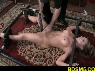 Veľký sýkorka blondýna athena strapped a nohy tied