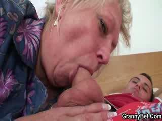 Lusty 奶奶 的阴户 性交