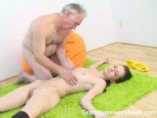 Grandad has pohlaví dospívající sleepyhead a spunks onto ji