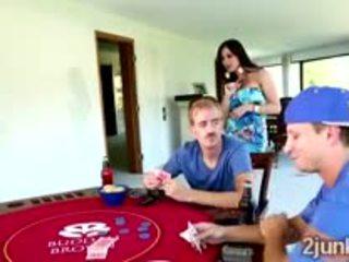 Semental loses su preciosa grande boobed mamá en un póquer match