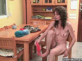 Saggy бабичка finger fucks тя космати путка