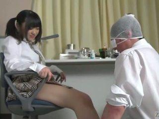 Subtitled japansk skolejente facesitting salvation