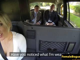 Bigtitted english cabbie spitroasted në taxi: falas porno 34