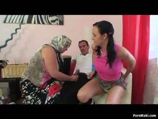 Pechugona abuelita y caliente adolescente compartir un rabo