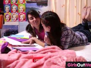 Kyut mabuhok lesbiyan teenies finger each other