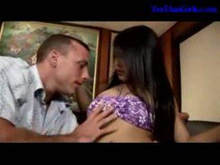 Thajská dívka sání kohout getting ji kočička fucked na the lůžko