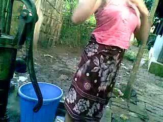 Bangladeshi - deshi বালিকা গোসল ঘরের বাইরে এবং recording