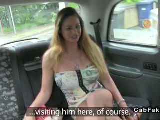 Krūtainas ungārieši skaistule jāšanās uz angļi fake taxi