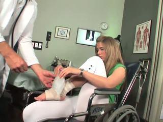 Disabled vauva alkaa kohteeseen tuntea toe imevien