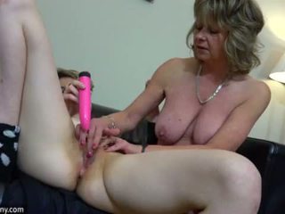 Oldnanny เซ็กซี่ แม่ ด้วย ten masturbate บน เตียง