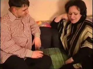 Penis di belahan dada mama dan putra gemuk